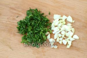 Мелко нарезать лук, укроп и петрушку. Лук можно использовать зелёный.