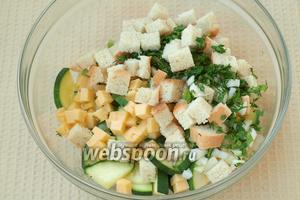 В большой ёмкости смешать цукини, сыр, хлеб и зелень. Затем добавить жидкие ингредиенты и ещё раз перемешать.