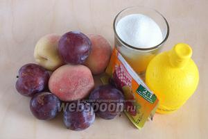 Подготовьте необходимые ингредиенты: сливы, персики, сахар, желирующий порошок с пектином, лимонный сок. Сливы и персики должны быть полной спелости или даже чуть переспелые, так аромат и вкус конфитюра станет ещё ярче.