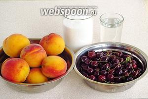 Для приготовления варенья нужно взять спелые вишни, персики, сахар и воду.