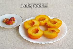 Разрезать персики по бороздке и вынуть косточки.