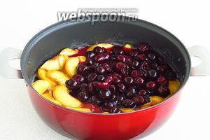 Опустить персики и вишни в горячий сироп.