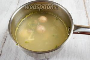В подсоленном, кипящем овощном бульоне отварить желтки (в течение 5-7 минут).