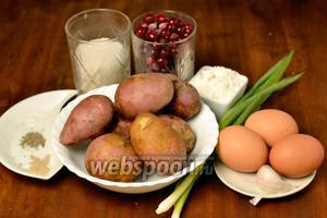 Для приготовления латкес с соусом нам понадобится картофель, яйца, мука, 2 ст. л. зелёного лука, чеснок, соль, перец, клюква, сахар, по щепотке кардамона, специй для пряников, душистого перца.