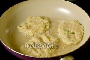 Наливаем масло на сковороду. Когда оно станет горячим, ложкой выкладываем картофельную массу и приплющиваем её.