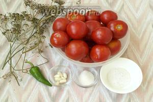 Для приготовления быстрых малосольных помидоров нам понадобятся помидоры среднего размера, около 15 штук, сахар, соль, сухой укроп — стебли и розетки, чеснок и горький перец.