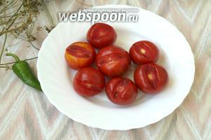 Хорошо промыть помидоры, высушить полотенцем. Вырезать плодоножку как показано на фото.