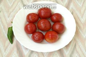 На верхней части помидоров сделать крестообразные надрезы.