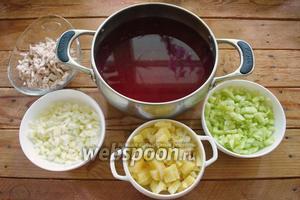 Из свекольного настоя вынуть лимон. Подготовленные овощи, яичные белки и мясо добавьте в свекольный настой.