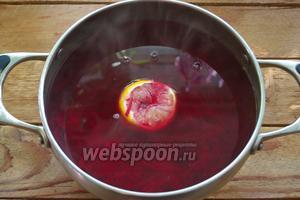 Из половинки лимона выдавить сок. Лимон и сок добавьте к свекольному настою. При комнатной температуре остудите жидкость. Перенесите в холодильник и дайте настояться около 2 часов. Время можно сократить, если в жидкость добавить около 20 кубиков льда.