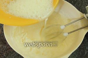 Сразу же, тонкой струйкой, переливаем в весь крем желатиновую смесь, при этом, основательно взбивая миксером.