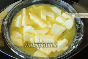 Масло нарежем кусочками и растопим либо на плите, либо в микроволновке или духовке.
