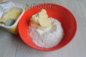 Делаем штрёйзель. Смешаем масло или маргарин, с сахаром и мукой. Перетираем руками до крошки, если надо — подсыпаем муку.