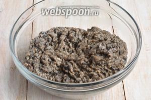 Смолоть грибы на мясорубке.