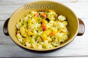 Добавить капусту к горячим яблокам и перцу. Перемешать. Добавить оставшееся масло. Если нужно, посолить. Поставить в горячую духовку на 15 минут. Запекать при температуре 180°С.