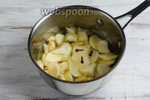 В первую очередь приготовим соус-пюре. Яблоки вымыть, очистить от кожуры, удалить сердцевину. Нарезать дольками. Залить водой. Добавить гвоздику, сахар и соль. Поставить на медленный огонь. Варить до мягкости яблок.