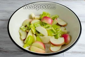 Яблоки вымыть. Удалить сердцевину. Нарезать крупными дольками. Перец вымыть. Очистить от семян и перепонок. Нарезать крупными кусками.