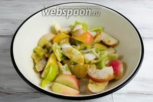 Яблоки и перец засыпать сахаром и пряностями (2/3 от общего количества). Перемешать.