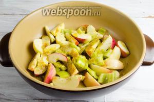 На разогретой сковороде с оливковым маслом (половину порции) обжарить, помешивая, до карамелизации яблок.