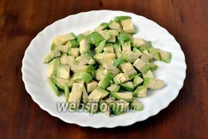 Нарезаем кубиками авокадо, сразу же сбрызгиваем лимонным соком, чтобы не темнело.