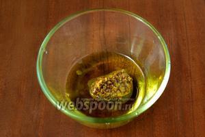 Делаем соус, взбивая вилочкой оливковое масло, лимонный сок, свежемолотый перец и дижонскую горчицу.