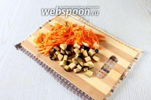 Очищенную морковь натрите на крупной тёрке, баклажаны нарежьте кубиками.
