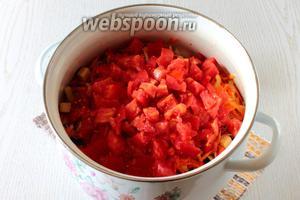 Сложите все овощи в кастрюлю. Я варила в 2 захода, разделив овощи и специи пополам, так как кастрюля у меня самая большая 3-х литровая. К овощам добавьте нарезанные кубиками помидоры, масло, соль и сахар. Варите 45 минут на небольшом огне с момента закипания, накрыв кастрюлю крышкой.