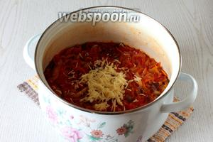 За 5 минут до готовности добавьте измельчённый чеснок и уксус.