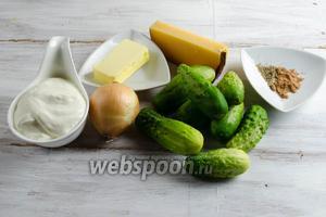 Чтобы приготовить блюдо, нужно взять огурцы, масло сливочное, сухари панировочные, соль; для соуса: масло сливочное, лук, муку, мускатный орех, перец молотый, соль; для присыпки: сыр Пармезан.