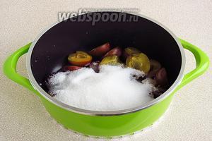 Половинки слив выложить в варочную ёмкость, засыпать сахаром, добавить воду.