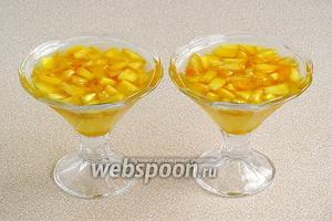 В порционную посуду (формочки, креманки, вазочки) выложить порезанные персики, залить их желирующей смесью и поставить для застывания в холодильник. Подать на десерт с ложечками.