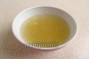 Желатин замочить в небольшом количестве холодной кипячёной воды и оставить для набухания на 30 минут.
