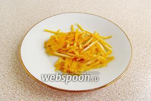 Лимон вымыть. С половинки лимона срезать цедру, не затрагивая белого подкоркового слоя.