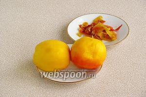 Персики вымыть, опустить на 40 секунд в кипяток, а затем, сразу же, в холодную воду и снять кожицу.