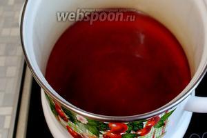 В последнюю заливку добавить соль и сахар, затем, сняв с огня, — уксус, довести до кипения.