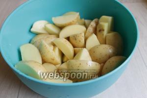 Картошку моем и режем на 4 части. У нас картошка уже такая чистая, если у вас домашняя, то конечно её нужно очень хорошо отмыть с помощью щётки.