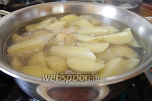 Итак картофель отвариваем в солёной воде до полуготовности.
