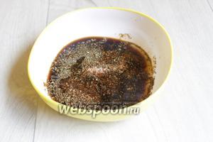 Смешаем соус с чесноком, выдавленным через чесночницу, маслом растительным и специями.