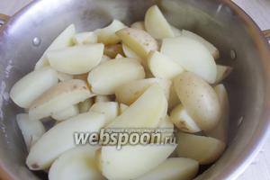Сливаем воду у картошки.