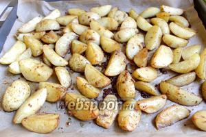 Всё, картошечка готова. Запах стоит обалденный! Можно накрывать на стол. Приглашать родных! Приятного аппетита!