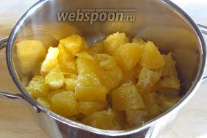 Отставив водку с цедрой настаиваться, приготовим сироп. Для этого надо мякоть апельсина очистить от плёнки и разрезать на маленькие кусочки.