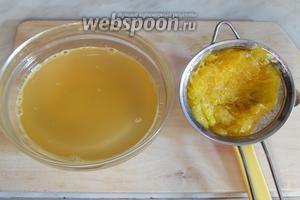 В горячем виде мякоть выложить на сито и, прижимая ложкой, отцедить весь сироп.