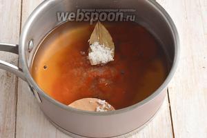 Добавить 125 мл кетчупа на каждые 0,5 л воды, добавить соль, сахар, уксус, лавровый лист, чёрный перец.