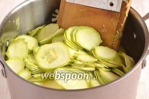 Кабачки помыть и нарезать очень тонкими кружками толщиной 1-1,5 мм. Для этого лучше воспользоваться специальной тёркой.