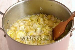 Проварить салат на протяжении 10 минут. Добавить уксус и подсолнечное масло, довести до кипения.