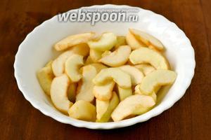 Яблоки очищаем, нарезаем небольшими ломтиками, сбрызгиваем лимонным соком, чтобы не было потемнения.