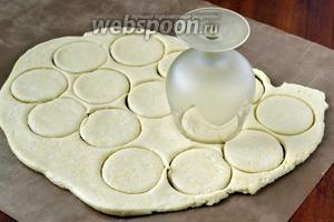 По частям раскатываем тесто, остальное держим в холодильнике. Вырезаем небольшие кружочки.