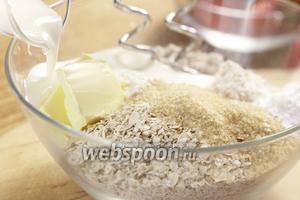 Теперь готовим тесто для печенья. Смешиваем муку, овсяные хлопья, соль, сахар, рахрыхлитель и пахту.