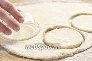 Раскатываем тесто толщиной около 1 см, вырезаем круги, можно стаканом.