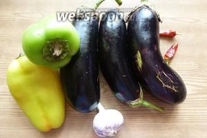 Подготовим овощи для закуски. Чеснок почистим, перцы освободим от семян и плодоножек.